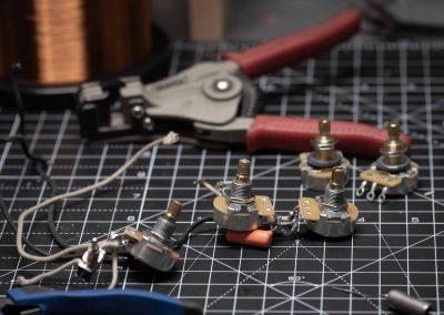 plan de travail atelier avec potentiometres CTS scalpel pince dénudé et instruments de mesure